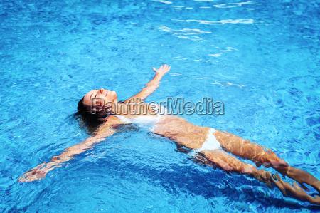 menina bonita na piscina