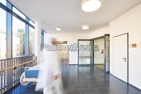 corredor medico hospital elevador porta cama