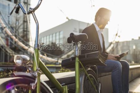 alemanha frankfurt jovem empresario com bicicleta