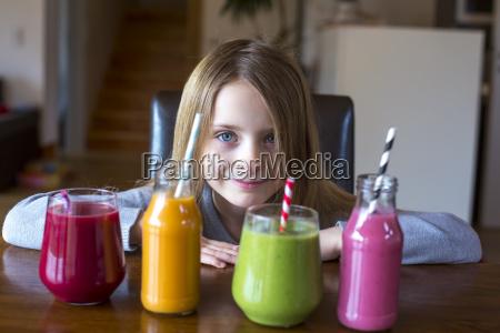 retrato da menina de sorriso senta