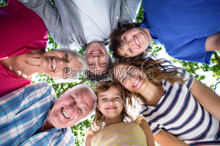 familia de sorriso com suas cabecas