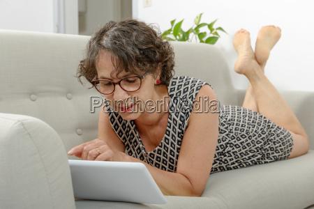 mulher madura bonita com uma tabuleta