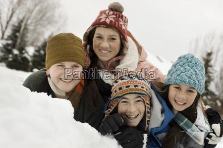 neve do inverno quatro criancas agrupadas