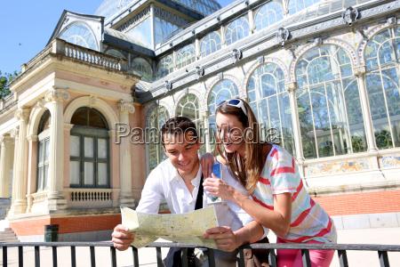 turistas en madrid parque del retiro