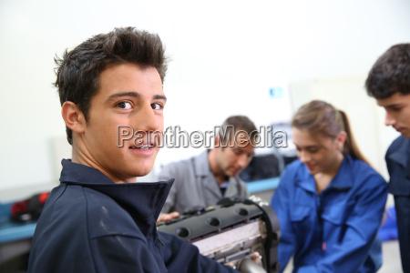 retrato do estudante na auto mecanica