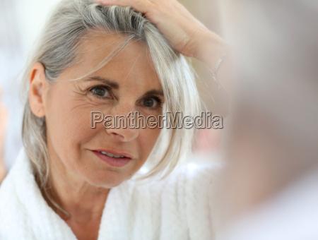 mulher idosa preocupada com o cabelo