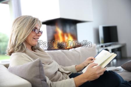 livro de leitura de mulher senior