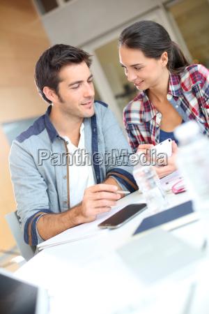 cara mulher escritorio risadinha sorrisos educacao