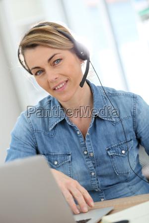 mulher conversa caderno computadores computador risadinha