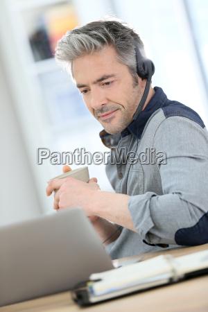 cara conversa caderno computadores computador risadinha