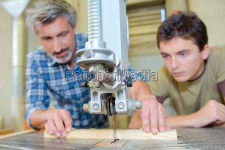 aprendiz de ensino do carpinteiro para