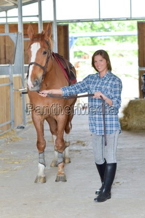 mulher nova e um cavalo