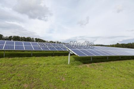 pilhas solares em um parque solar