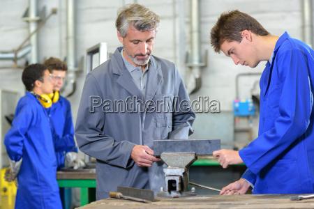 professor de artesanato com os alunos