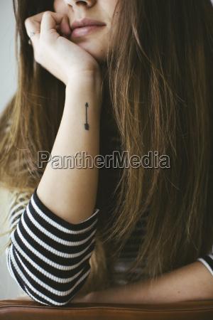 mulher nova com o tatoo da