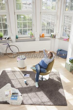 mulher relaxed em casa que senta