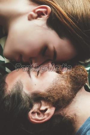 giovane coppia in amore rilassante testa