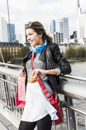 mulher, nova, na, cidade, com, sacos - 18010190