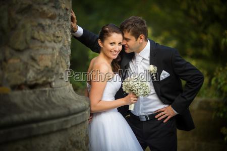 pares bonitos felizes do casamento do