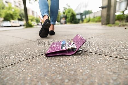 mulher perder perdido compras mapa plug