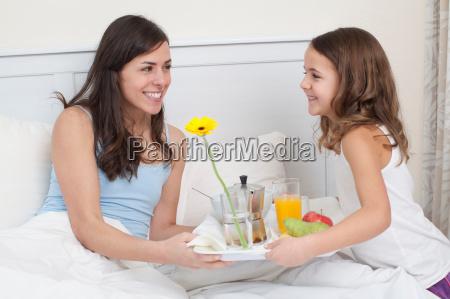 mulher risadinha sorrisos alimento casa estilo