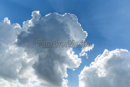 ceu azul com nuvem