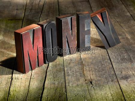 blocos de madeira soletrando dinheiro