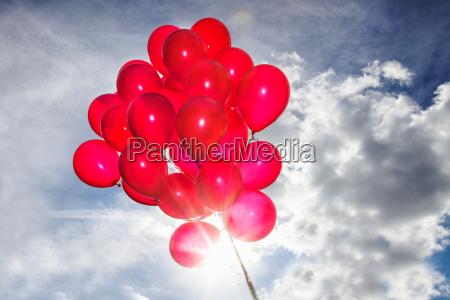 bando de baloes vermelhos no ceu