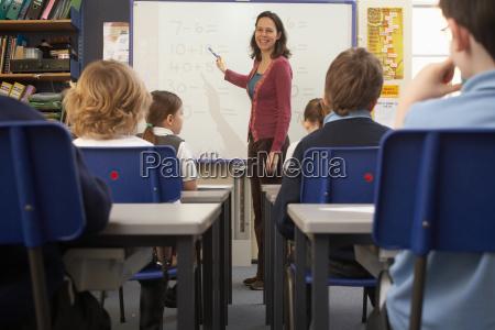 mulher risadinha sorrisos professor secretaria educacao