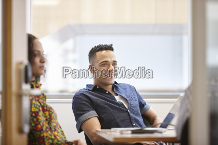mulher risadinha sorrisos sala de conferencia