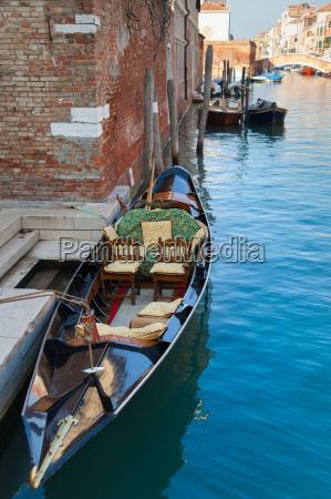 barco a remo ancorado no canal