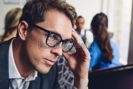 escritorio datas cidade emocionalmente masculino caucasiano