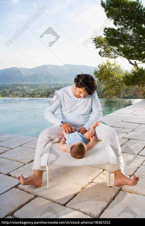 homem, trocando, fralda, de, bebê - 18467252