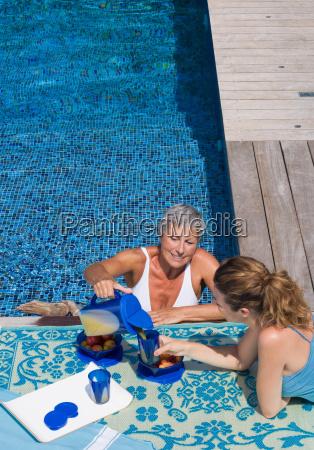 mulher, na, piscina, que, fala, à - 18467760