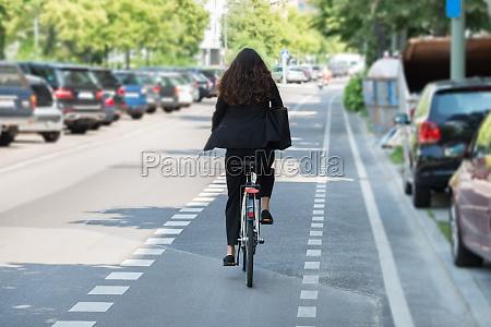 bicicleta nova da equitacao da mulher