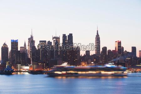 skyline de manhattan e barco do
