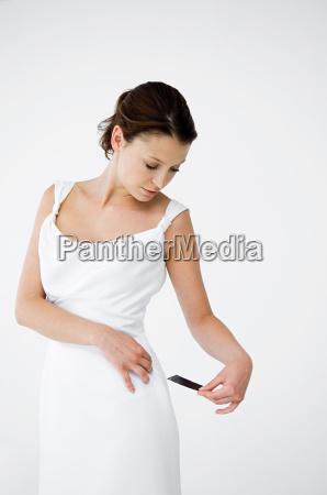 vestido branco desgastando da mulher que