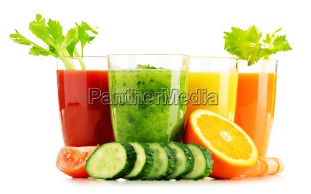 vidros com sucos de frutas e