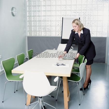 mulher sala de conferencia secretario feminino