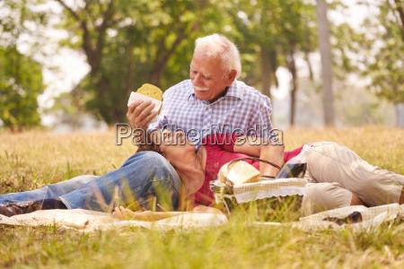 par velho homem senior e mulher