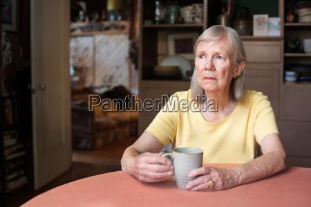 mulher senior com olhar fixo em