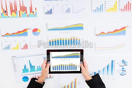 mulher de negocios que analisa graficos
