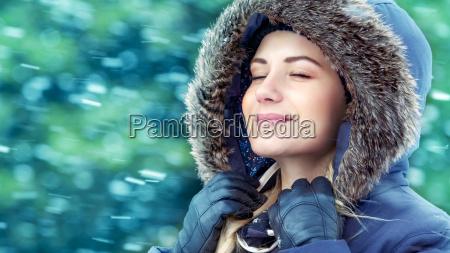 mulher feliz no parque do inverno