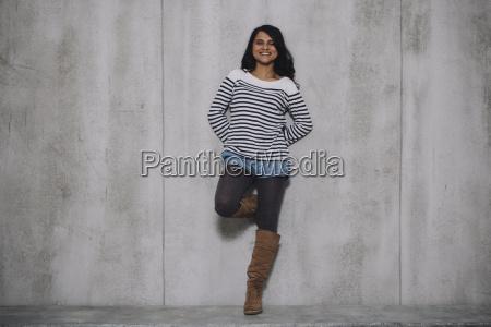 inclinacao indiana femea no muro de