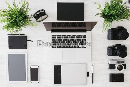 secretaria de fotografo com laptop cameras