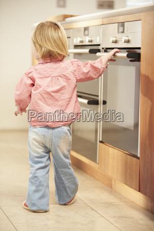 rapariga em risco do forno quente