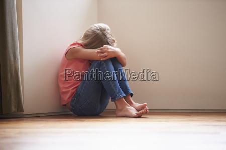crianca infeliz que senta se no
