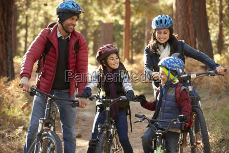 familia latino americano em bicicletas em