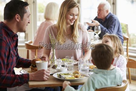 familia que aprecia a refeicao no