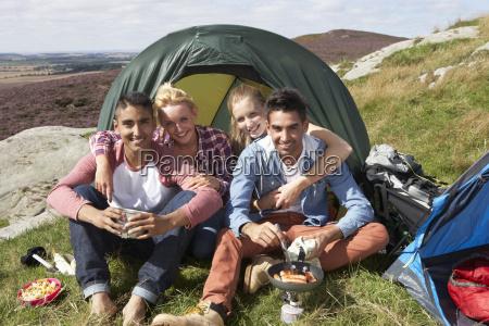 grupo de jovens no acampamento no